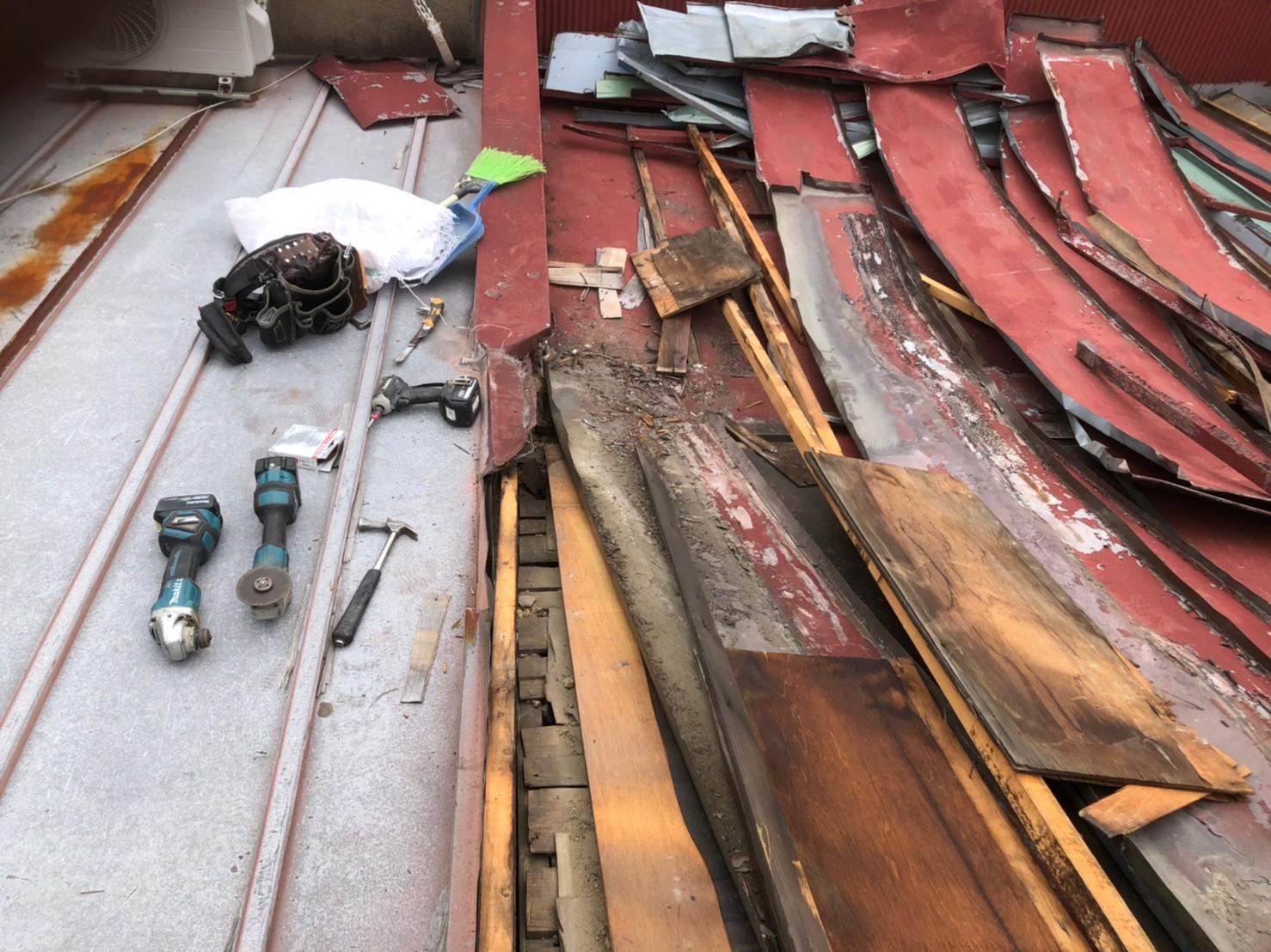 京都府八幡市にてリッジウェイ葺きと立平葺きの葺き替え工事