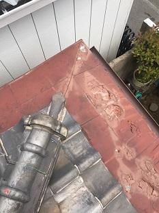城陽市で錆びて穴の空いた板金屋根を被せ葺きにて雨漏り修理
