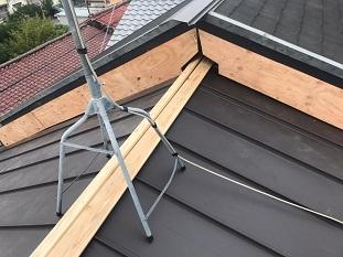城陽市で屋根葺き替えに伴う棟板金及び壁板金取付の屋根板金工事