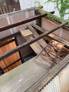 城陽市で物置小屋の波板屋根をビス留めによる張替えと屋根延長工事