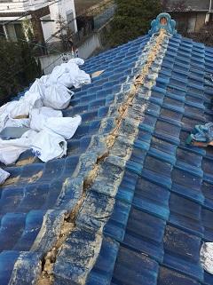 城陽市で経年劣化でズレている青緑瓦の棟瓦やりかえの屋根工事