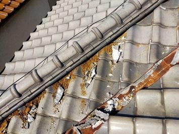 城陽市で劣化して剥がれている漆喰の塗り替えの屋根工事