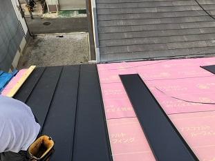 城陽市でガルバリウム屋根の立平葺き及び棟板金仕上げの屋根工事