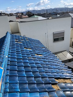 城陽市で割れた瓦交換、漆喰補修、棟瓦修理の屋根修理工事