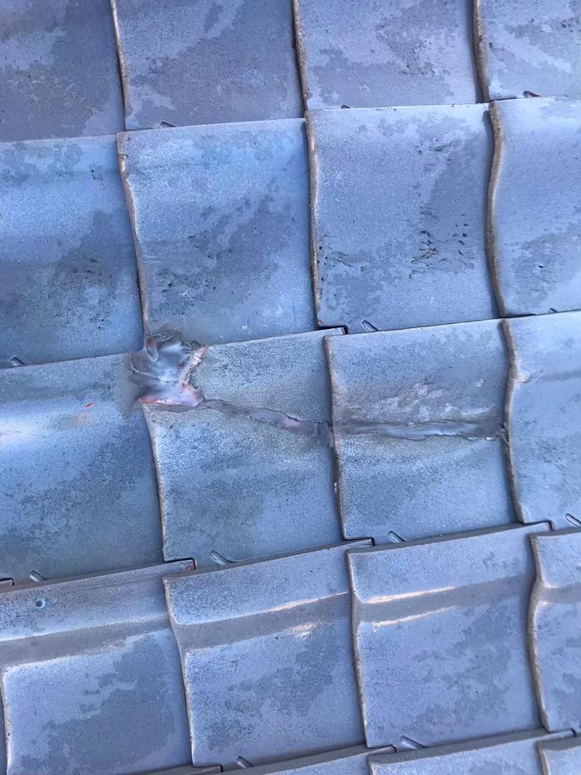 ひび割れをシーリングで補修した青緑瓦