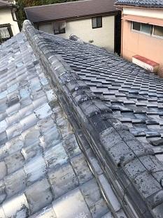 城陽市で経年劣化で歪んだ7段ある棟積み替えの屋根工事