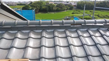 京都府京田辺市で釉薬シルバー瓦の棟積み直しと雨樋交換の屋根修理