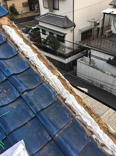 八幡市で玄関屋根の板金工事と屋根袖瓦の葺き直しの屋根リフォーム