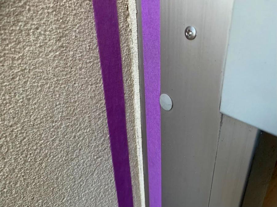 京都府宇治市で外壁サッシ周りコーキングが劣化しているので打ち直し作業