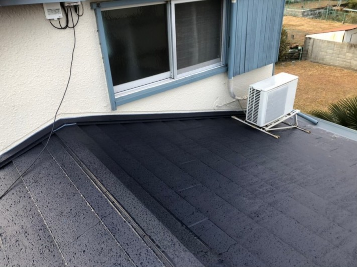 下屋根のスーパーガルテクト葺き替え