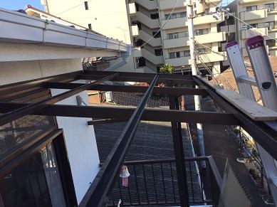 長岡京市で土が溜まった樋清掃及びポリカ波板の張替え工事