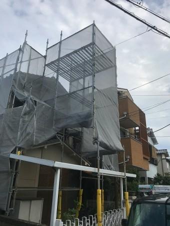 足場が組まれた住宅