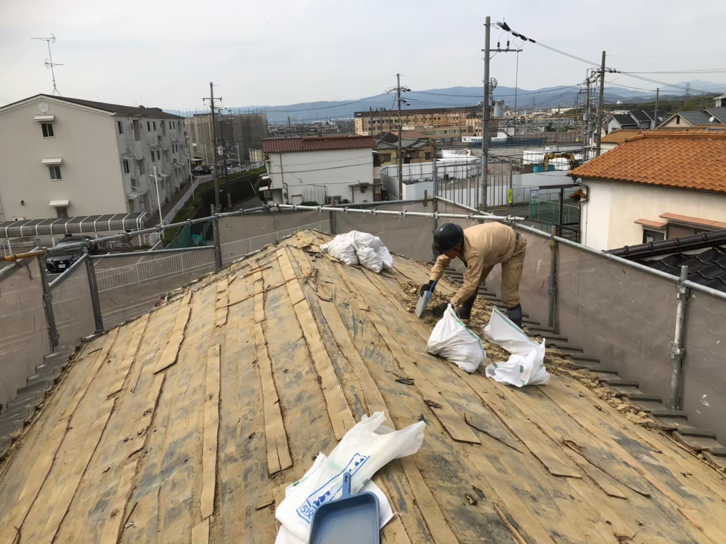 葺き土の撤去作業