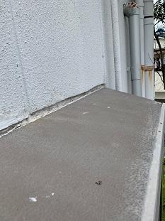 城陽市で梯子作業で劣化した窓際コーキングの打ち直しの雨漏れ修理