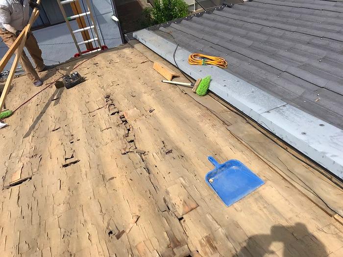 葺き土の清掃作業