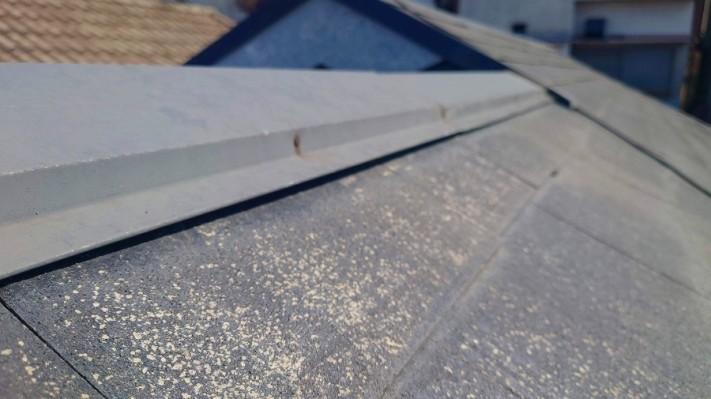 劣化してひび割れしたスレート屋根棟板金釘抜け