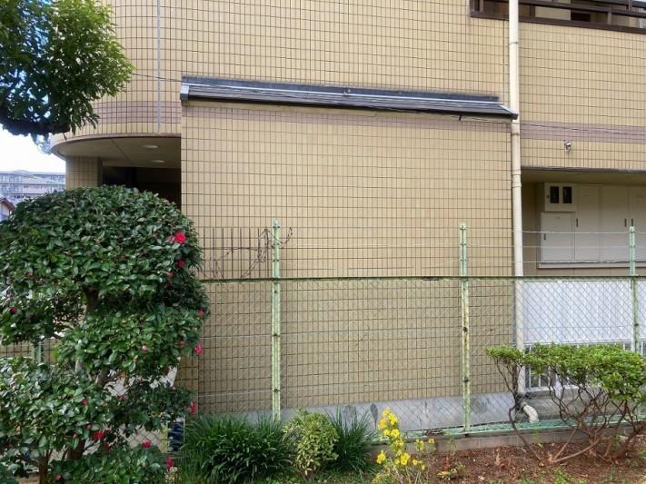 マンション入り口横の庇