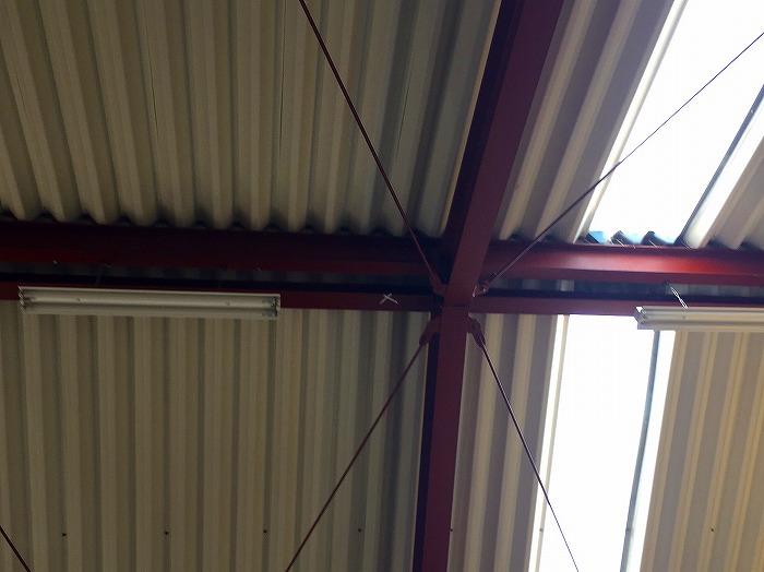 京都府城陽市で工場屋根の雨漏り被害|棟板金のカバー工法