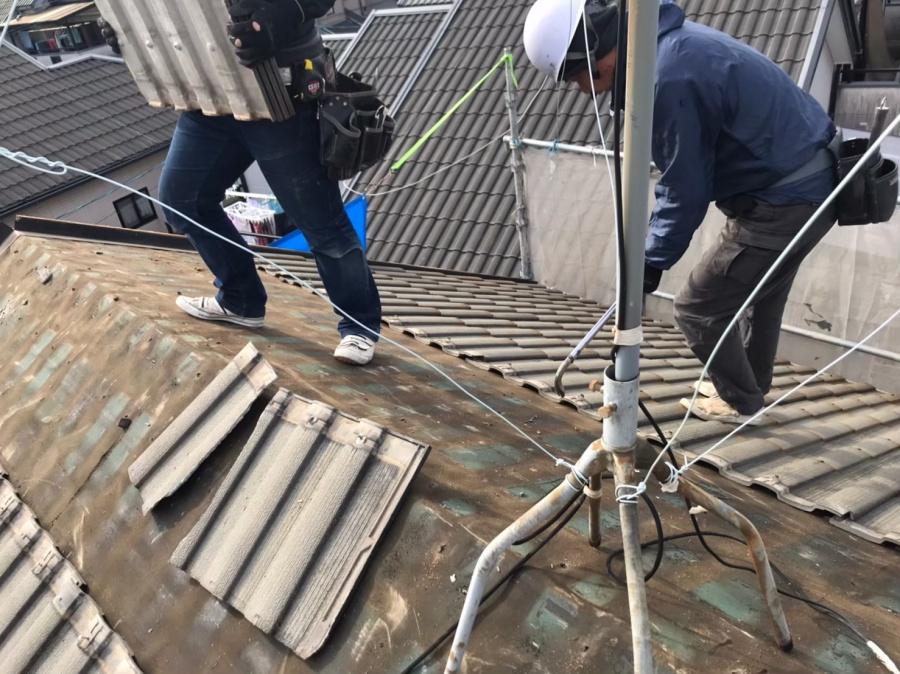 瓦の撤去作業