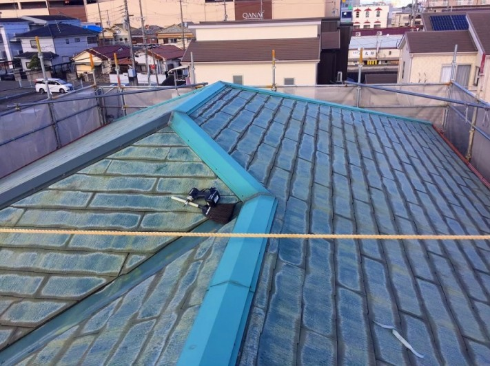 劣化したコロニアル屋根