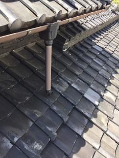 宇治市にて外れた雨樋修理と割れた瓦補修の屋根修繕工事