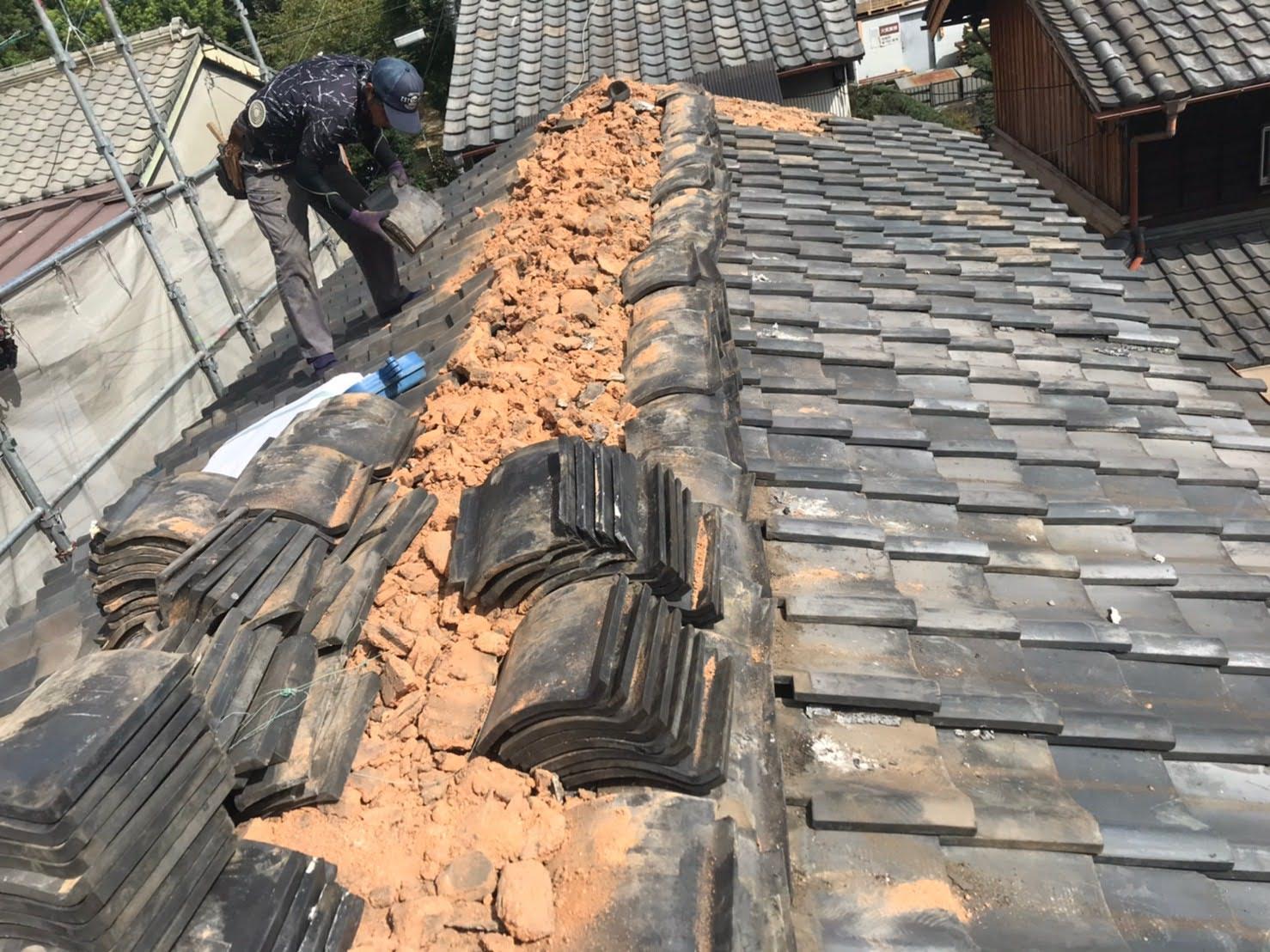 京都府城陽市にて葺き替えのための地瓦の撤去作業とルーフィング