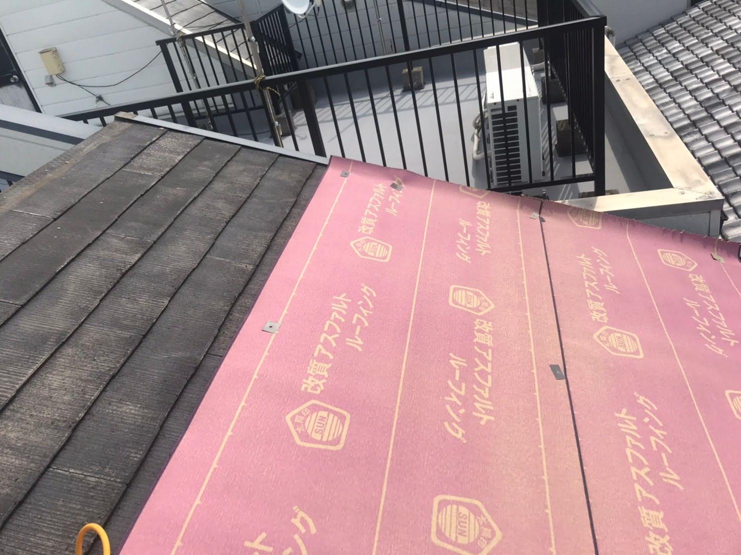 京都府城陽市にて屋根工事作業防水シートルーフィング貼り